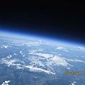 探空氣球升到最高點的時候清楚地拍下地球的曲度.jpg