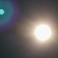 太阳周围有排列整齐且不断变化排列形状的白色小点,请问这些白色小点是什么.png