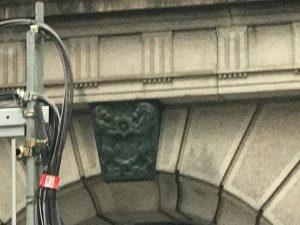 日本銀行(BOJ)大樓入口的家族徽章.jpg