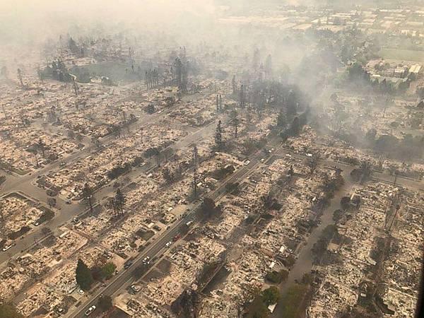 建築物被大火完全摧毀而旁邊的樹木卻沒有受到傷害2.jpg