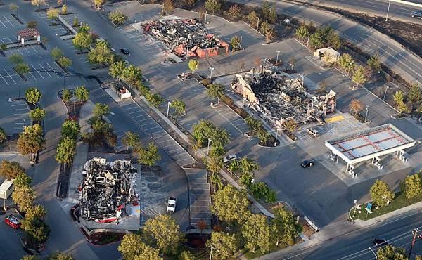 建築物被大火完全摧毀而旁邊的樹木卻沒有受到傷害4.jpg
