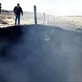 墨西哥高速公路附近出現8米深燃燒坑洞.jpg
