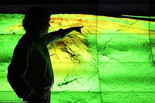 中美洲叢林發現瑪雅巨大古城9-在蒂卡爾也發現了一系列的坑洞和14公里長的牆,金字塔的高度將近30米.jpg