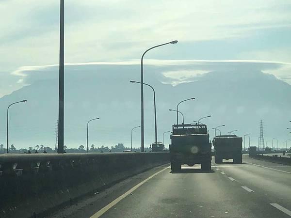 大武山方向拍到酷似UFO的雲彩1.jpg