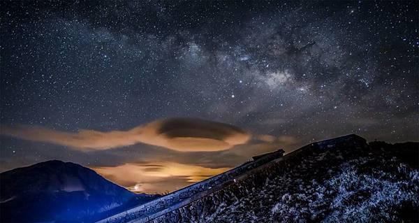 天文攝影玩家於合歡山拍到奇幻飛碟雲2.jpg
