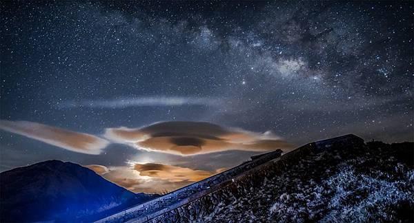 天文攝影玩家於合歡山拍到奇幻飛碟雲1.jpg