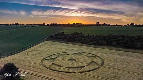 2018-6-20 英國威爾特郡「魔鬼巢穴」邊的七角星麥田圈7.jpg