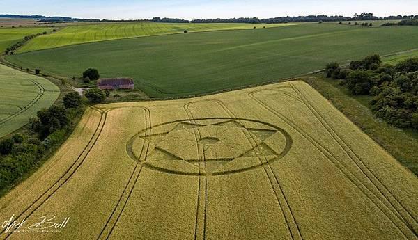 2018-6-20 英國威爾特郡「魔鬼巢穴」邊的七角星麥田圈3.jpg