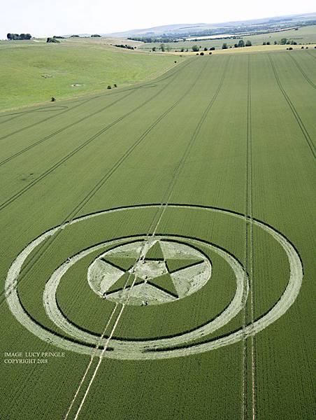 2018-6-23 英國威爾特郡白馬石刻的五角星麥田圈2.jpg