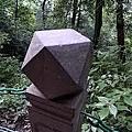 在青城山出現了一個LV模型雕刻的石頭.jpg