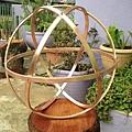 銅條或黃銅條編成的向量平衡結構附近,植物生長得最好.jpg