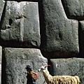 薩克塞瓦曼巨大石塊的堆疊.jpg