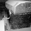 埃及薩卡拉塞拉比尤姆的巨大石棺圖像.jpg