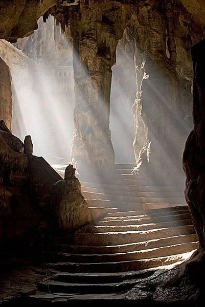從愛的聖廟的大門步入一段長長的走廊.jpg