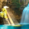 水中閃耀著熠熠的光芒.jpg