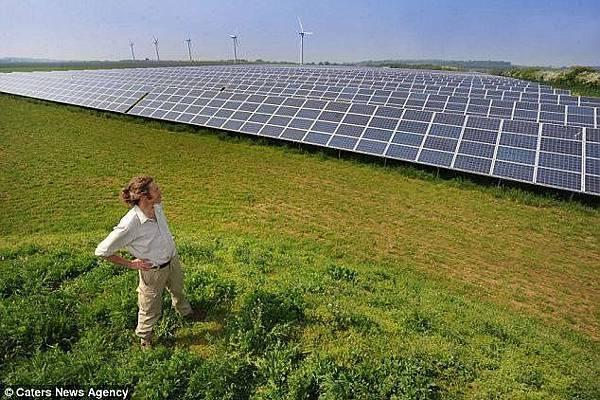 索美塞特郡的芒科姆山附近有一大片太陽能板.jpg