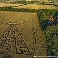 2017年8月17日在同樣的位置也出現一幅具有20餘個奇怪符號、宛如發射塔的麥田圖型.jpg