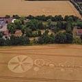 隔著莊園和教堂的另一側,距離估計約200米左右也出現一個有不尋常符號的麥田圖型.jpg