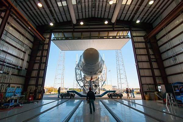 特斯拉再虧錢也擋不住馬斯克藉 SpaceX 玩火箭.jpg