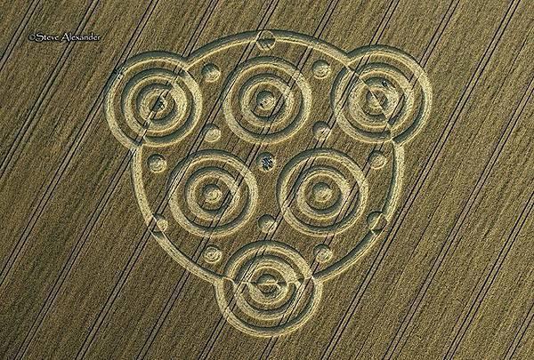 2018-8-10 英國威爾特郡酷似行星齒輪裝置的麥田圈2.jpg