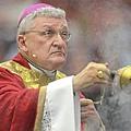 有一些當地天主教會的主教(比如下圖這位)完全否認教會在隱瞞性侵兒童的罪行.jpg