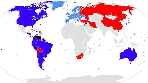 西方國家聯盟為藍色,歐亞集團為紅色,南方國家聯盟為灰色。每個集團在土地面積和人口上大致相等.jpg