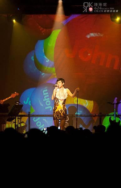 好繽紛的畫面好可愛的歌,公主隨著音樂擺動身體,連斑比也活潑了起來啊