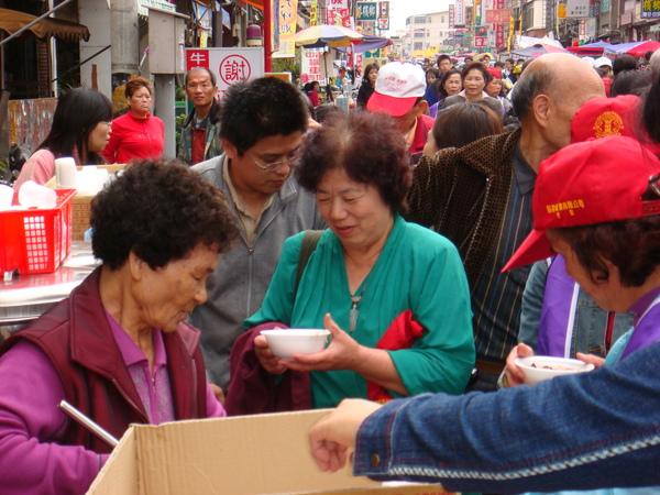 除了點心站外,還有一般信徒提供的食物