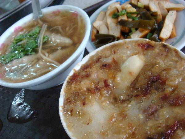 挺豐盛的吧~之前去蕭龍文化區也有來吃,碗糕真的很好吃喔~有機會要來嚐嚐