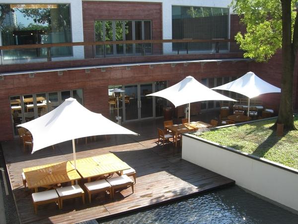 洋傘下的座位是餐廳戶外區,天氣好坐外面還滿悠閒