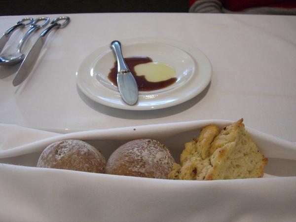 麵包,另有油醋可以沾..吃完還可以再叫一盤