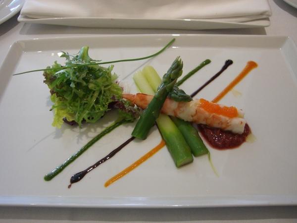 前菜,蘆筍跟蝦,好大尾的一隻蝦,還有魚卵唷~