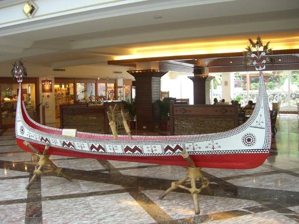 飯店大廳,放了一艘達悟族的船,達悟族以前叫雅美族,多半居住在蘭嶼,船身由紅白黑三色組成