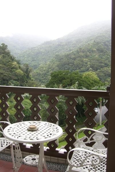 房間外面的小陽台,不過天氣不好沒有坐