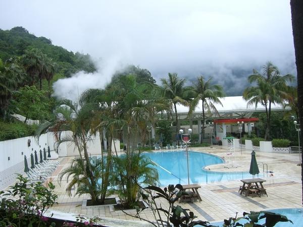 泳池旁邊是露天泡湯地方,需穿泳裝
