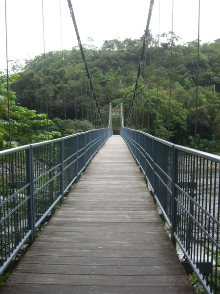 觀林吊橋,全長80公尺,寬1.2公尺,可承載200人,橫跨知本溪兩岸