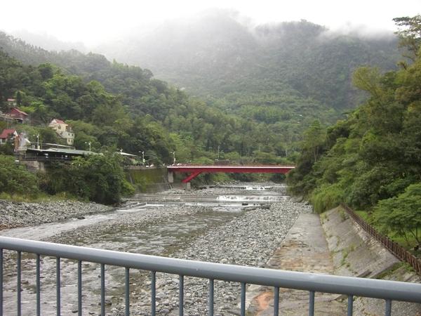 從吊橋上拍另一座橋