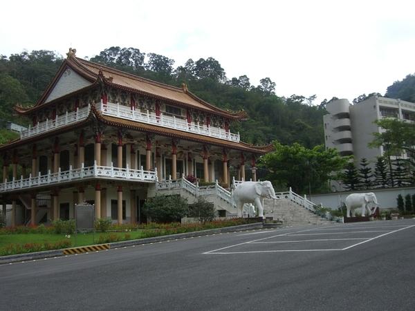 清覺寺內恭奉著從泰國緬甸來的佛像
