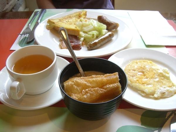 知本老爺飯店早餐,荷包蛋及豆漿油條,玄米茶