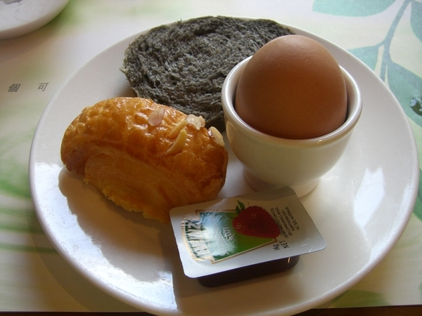 知本老爺飯店早餐,溫泉蛋、芝麻麵包