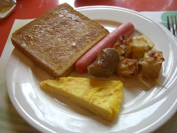 知本老爺飯店早餐,熱狗全麥吐司還有煎蛋捲