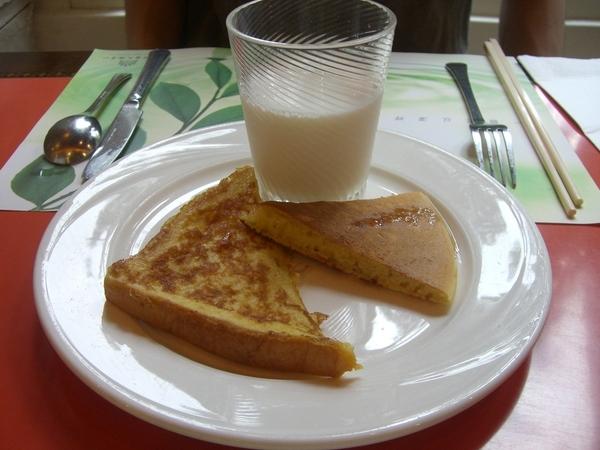 知本老爺飯店早餐,鬆餅加鮮奶