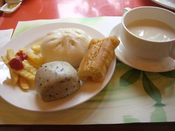 降知本老爺飯店早餐,有名東河肉包,芝麻包子,無糖豆漿