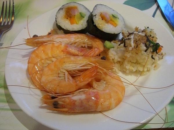 知本老爺飯店晚餐,生魚片、蝦子跟壽司