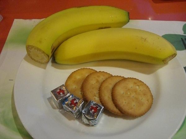 因為香蕉很貴,所以一下就被拿完了,小小顆的是起司,夾餅乾很香很好吃