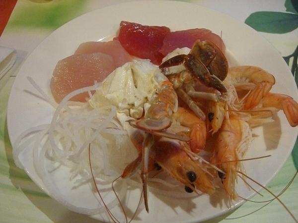 知本老爺飯店晚餐,生魚片、螃蟹跟蝦子