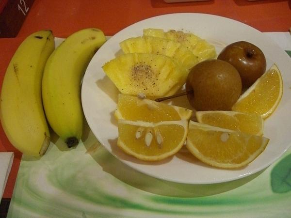 水果有柳丁、鳥梨跟鳳梨