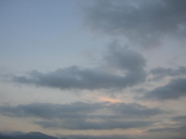 太陽下山了,有淡淡的夕陽