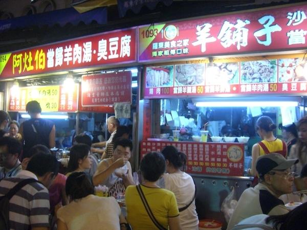 晚上到羅東夜市吃東西,人爆多,尤其是這家賣羊肉麵的