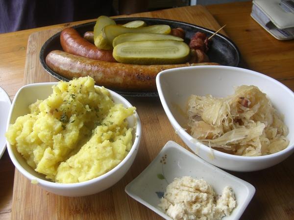 三芝德國煙燻小棧的香腸拼盤,酸菜還滿嗆的!